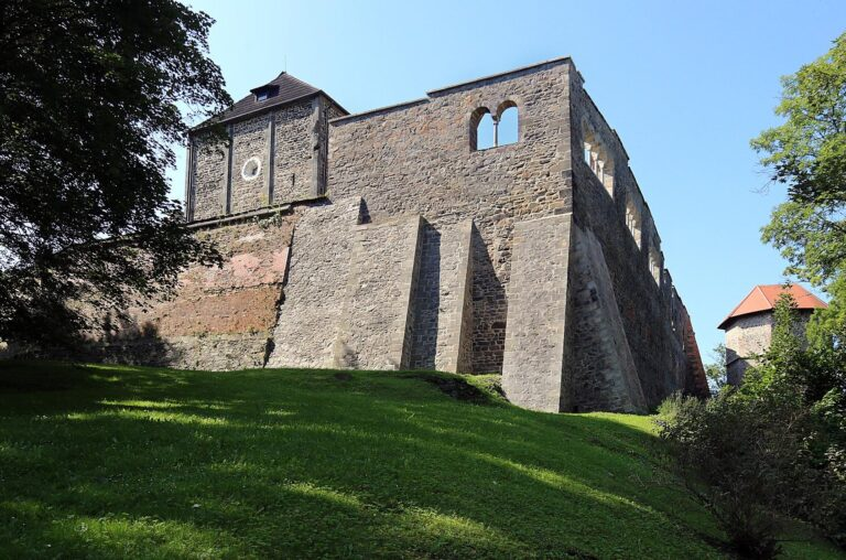 Chebský hrad, palác, východní a severní stěna, uvnitř kaple sv. Erharta a Uršuly